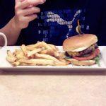 ファーストフードでできたてのハンバーガーやフライドポテトを食べる裏ワザ!?